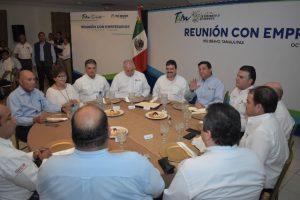 El alcalde de Río Bravo Carlos Ulivarri recibe al gobernador.